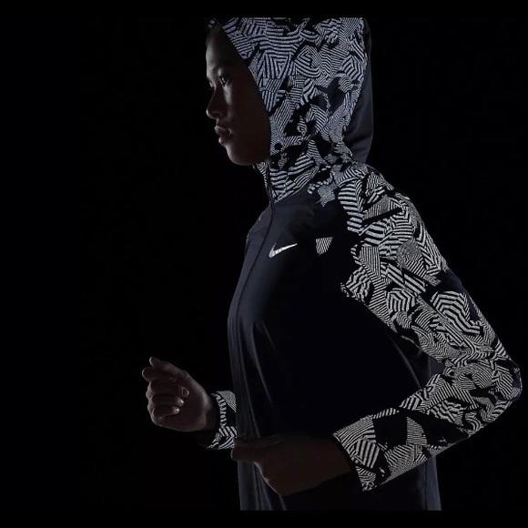 060224ffb70f Women s Nike Essentials reflective jacket